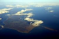 国後島。右がケラムイ崎=北海道標津町で2016年12月3日、本社機「希望」から徳野仁子撮影