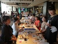 さまざまな職業や年齢の女性たちが集い、情報交換や交流を行った「全国微魔女サミット」=千葉県浦安市で2016年12月3日午後1時14分、小林多美子撮影