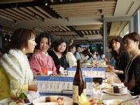 さまざまな職業や年齢の女性たちが集い、情報交換や交流を行った「全国微魔女サミット」=千葉県浦安市で2016年12月3日午後1時10分、小林多美子撮影