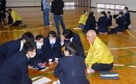 班に分かれて認知症患者への対処策を考える生徒と地域の認知症サポーター