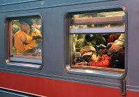 JR留萌線の一部区間が最終運行日を迎え、増毛駅を出発した列車に乗り込んだ大勢の人たち=北海道増毛町で2016年12月4日午後4時4分、手塚耕一郎撮影
