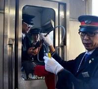 運転士から「スタフ」を受け取る駅員=留萌市で2016年12月4日午前8時15分、遠藤修平撮影