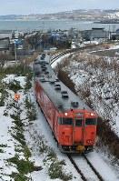 最終運行日を迎え、増毛(手前)へと向かうJR留萌線=北海道増毛町で2016年12月4日午前11時、手塚耕一郎撮影