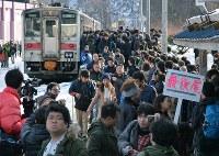 最終運行日を迎えた留萌線が到着し、大混雑する増毛駅=北海道増毛町で2016年12月4日、手塚耕一郎撮影