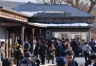 営業最終日を迎え、混雑する増毛駅=北海道増毛町で2016年12月4日午後1時10分、手塚耕一郎撮影
