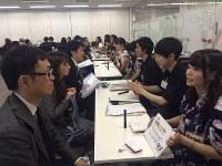就活支援する企業ではバイト学生(右列)とさまざまな企業の人事担当者(左列)を引き合わせる場を設けている=エー・ピーカンパニー提供