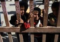 アズラック難民キャンプで暮らす子どもたち。ヨルダンのシリア難民約65万人のうち、52%にあたる約34万人が18歳未満だ=ヨルダン・ザルカ県で2016年10月3日、久保玲撮影