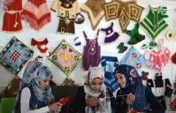 ザータリ難民キャンプの手芸教室で子供服やティッシュケースを作る子どもたち。農作業や家事に追われ、学校に通えていない=ヨルダン・マフラク県で2016年9月28日、久保玲撮影