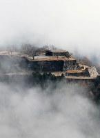 雲海に包まれた竹田城跡=兵庫県朝来市で2016年12月5日、本社ヘリから幾島健太郎撮影