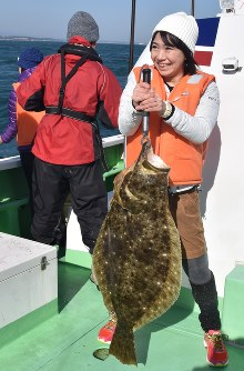 An olive flounder, estimated at 11 years old, measuring 90 centimeters long and caught in waters near the Fukushima No. 1 Nuclear Power Plant, is seen on a ship about 2 kilometers from the plant, on Nov. 13, 2016. (Mainichi)