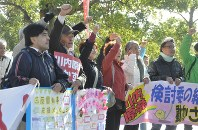 三反園知事を激励するシュプレヒコールを上げる集会参加者たち