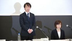 謝罪する守安功DeNA社長(左)と南場智子会長=東京都渋谷区で2016年12月7日、田中学撮影