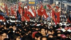 東京・日比谷公園で開かれた反戦・反安保集会には400団体7万人が参加した=1969年6月15日