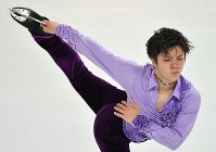 Figure skater Shoma Uno performs in the men's short program during the ISU Grand Prix Final in Marseille, France, on Dec. 8, 2016. (Mainichi)