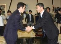 会談を終え握手する米山知事(左)と桜井市長=県庁で