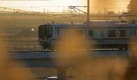 内陸に移された区間を走るJR常磐線の車両。津波の被害を受けた沿岸部は荒れ地が目立っていた=宮城県山元町で2016年12月10日午前7時18分、喜屋武真之介撮影