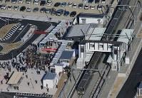 運転が再開し、新地駅に入るJR常磐線の列車=福島県新地町で2016年12月10日午前9時9分、本社ヘリから小川昌宏撮影