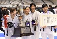 女子組手団体戦で優勝した千葉県の選手たち=東京都足立区の東京武道館で2016年12月10日、丸山博撮影