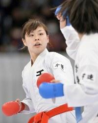 【女子組手決勝】山田沙羅(右)を攻める植草歩=日本武道館で2016年12月11日、猪飼健史撮影