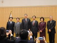 式を終えて記念撮影する横井大使(右から4人目)と表彰対象者ら=北京で9日、河津啓介撮影