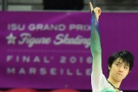 Japanese figure skater Yuzuru Hanyu acknowledges spectators' cheers on the podium after winning the 2016 Grand Prix Final men's singles in Marseille, France, on Dec. 10, 2016. (Mainichi)