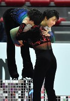 Winner Yuzuru Hanyu, left, and compatriot Shoma Uno, who finished third in the 2016 Grand Prix Final men's singles in Marseille, France, are seen hugging on the podium on Dec. 10, 2016. (Mainichi)
