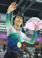 Figure skater Yuzuru Hanyu waves to the audience after winning the 2016 Grand Prix Final men's singles in Marseille, France, on Dec. 10, 2016. (Mainichi)