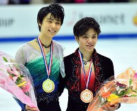 Yuzuru Hanyu, left, and Shoma Uno pose for a photo after the 2016 Grand Prix Final men's singles in Marseille, France, on Dec. 10, 2016. (Mainichi)