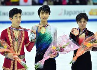 From left, American figure skater Nathan Chen, Japan's Yuzuru Hanyu and Shoma Uno are seen holding their medals after the 2016 Grand Prix Final men's singles in Marseille, France, on Dec. 10, 2016. (Mainichi)