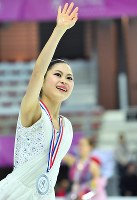 Satoko Miyahara waves to the audience after finishing in second place in the Grand Prix Final women's singles in Marseille, France, on Dec. 10, 2016. (Mainichi)