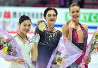 From left, Satoko Miyahara, Evgenia Medvedeva and Anna Pogorilaya are seen holding their medals after the 2016 Grand Prix Final women's singles in Marseille, France, on Dec. 10, 2016. (Mainichi)
