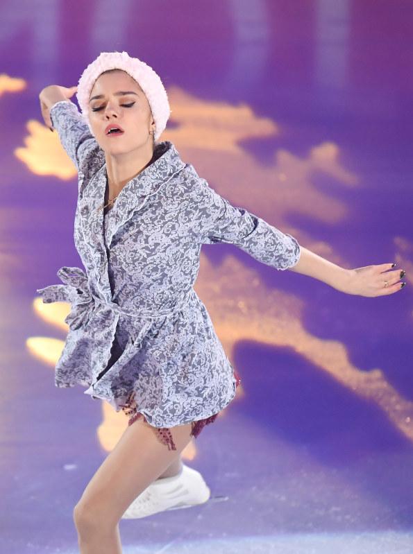バスローブ姿の衣装のメドベージェワ