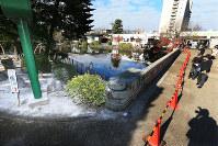 コクチョウを飼育していた池の周囲には石灰がまかれ、立ち入り禁止措置がとられていた=名古屋市の東山動植物園で2016年12月7日早朝、兵藤公治撮影