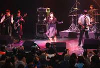ナキワラ!のステージで熱演する出演者=名古屋市中村区の「Zepp Nagoya」で2016年12月11日午後0時51分、野村阿悠子撮影