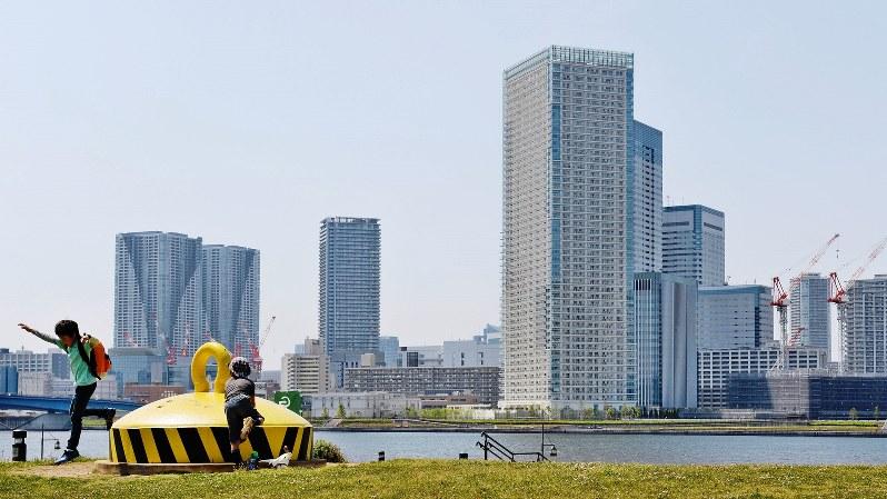 東京・豊洲から望む晴海の高層マンション群=東京都江東区で2014年