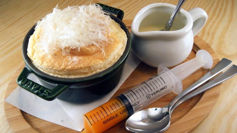 「ふわふわ卵焼き カルボナーラ仕立て」(380円税別、以下同)。注射器が付いてくる不思議な卵焼き