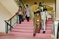 2人1組となり、階段の誘導法を学ぶ受講者=神戸市北区の神戸親和女子大学で、矢澤秀範撮影