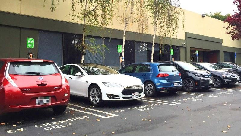 大手IT企業の駐車場には十数基の充電ステーションが設置され多彩な電気自動車が並ぶ=遠藤吉紀撮影