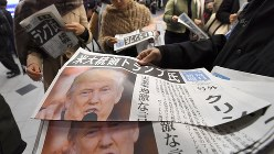米大統領選でトランプ氏が当選確実となったことを伝える号外=2016年11月9日、久保玲撮影