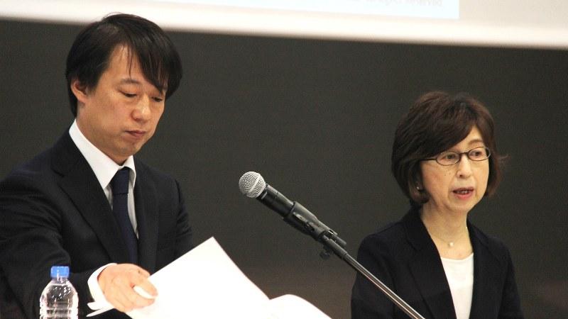 DeNAの南場智子会長(右)と守安功社長=2016年12月7日、岡礼子撮影
