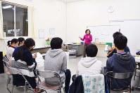 英語の講義を熱心に受ける子どもら=新潟市秋葉区の「フリースクールP&T」で