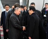 日露首脳会談のため、山口宇部空港に到着し、出迎えた岸田文雄外相(右)と握手するロシアのプーチン大統領=山口県宇部市で2016年12月15日午後5時1分、代表撮影