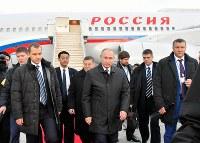 日露首脳会談のため、山口宇部空港に到着したロシアのプーチン大統領(中央)=山口県宇部市で2016年12月15日午後5時2分、代表撮影