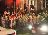 プーチン露大統領らを乗せた車列を迎える市民たち=山口県長門市で2016年12月15日午後6時4分、津村豊和撮影