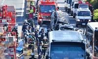 6台が絡んだ多重事故の現場=大阪府池田市で2016年12月16日午後0時51分、小関勉撮影