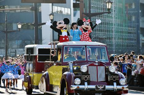 車から沿道に手を振るミッキーとミニー=熊本市中央区で2016年12月17日午後3時13分、出口絢撮影