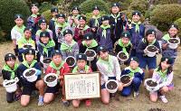 少年隊の活動時は、おそろいの緑のベレー帽とスカーフを身に着ける=愛媛県東温市則之内の東温市立西谷小で、成松秋穂撮影