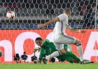 Real Madrid's Karim Benzema scores the opening goal past the Kashima Antlers' goalkeeper Hitoshi Sogahata at Nissan Stadium in Yokohama on Dec. 18, 2016. (Mainichi)