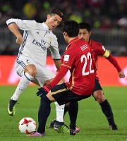 The Kashima Antlers' Daigo Nishi and Mitsuo Ogasawara try to dispossess Real Madrid's Christiano Ronaldo, left, at Nissan Stadium in Yokohama on Dec. 18, 2016. (Mainichi)