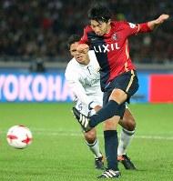 Gaku Shibasaki scores for the Kashima Antlers at Nissan Stadium in Yokohama on Dec. 18, 2016. (Mainichi)